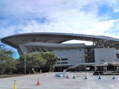自宅から車で15分くらいで「埼玉スタジアム2002」に到着。 「TOKYO オリンピック2020」のサッカーの試合でも使われたスタジアムですが、実はここも『見沼田んぼ』の片隅に入っていたんです。知りませんでした。 そういえば、20年前にスタジアムができた頃、周囲の田んぼのあぜ道で毎春「セリ」を摘んでいました。  スタジアムの外は、試合やイベントなどでスタジアムが使われていない時は、「埼玉スタジアム2002公園」として、解放されているんです。サッカーコートやフットサルコートなどは有料ですが、それ以外は、駐車場も含めて無料開放されています。