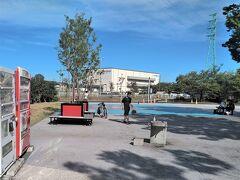 「埼玉スタジアム2002公園」には、いくつかの区画があって、写真の場所は、ベンチや飲料の自販機がある一角に「3×3バスケット」ができるようなバスケット練習場があって、若い子達が遊んでいました。 スタジアムの外周にジョギングコースもあるし、緑も豊富な公園です。