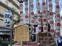 腹ごなしのお散歩。祇園祭の後祭で建てられている山鉾を適当に見ながら帰ります。こちらは鯉山。