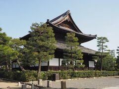 建仁寺の法堂。 この天井には小泉淳作画伯が手掛けた双龍が見られるそうです。   私たちの次の目的地は高台寺なので、ここは参拝せずに通り抜けるだけ(笑)  さすがakikoさん、抜け道を良く知っていらっしゃる!