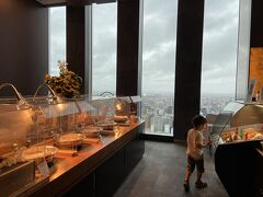 朝ごはんはビュッフェ。 晴れていたら素晴らしい景色なんだろうなーっていう、窓の広さのレストランだった。