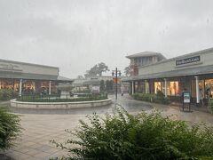 車を回収して、東名で東へ向かう。 途中、高速道路をおりて、御殿場プレミアムアウトレットへ立ち寄る。  びっくりするほど雨。 雨雲レーダーを確認し、そのうち弱まるだろうと思って来てみたが、全然やまない…