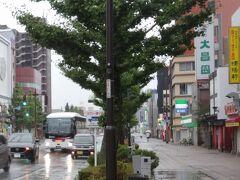 私事ですが7月に久留米市内で引っ越し、家がより中心部に近くなりました。上京の際にはおなじみの交通手段、西鉄高速バスも、西鉄久留米ではなく六ツ門からの乗車。回数券はあらかじめ、営業所で買い求めておきました。  バスの乗客は僕らの他に10名。子連れの旅行客らしい姿もありました。この状況下での旅行を決断した以上、くれぐれも気を付けて下さいよ…と思ったものの、我が家だって、ハタから見れば旅行以外の何物にも見えんだろうとは思います。
