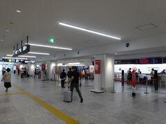 1時間で福岡空港に到着。確かに先月に比べて人は多く、帰省客や、若者のグループ旅行の姿も目立ちます。  かといって絶対数が少ないので混んでいるわけではなく、ガラガラです。多くの人は夏休みシーズン真っ只中に、ガマンしてます。
