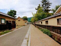 さらに進むと城下町っぽい雰囲気。 右側が松代藩文武学校、左側は真田邸の壁です。 誰もいません。土曜日なのに? 南側に進みます。