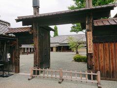 反対側には松代藩文武学校の入り口。 入場料は500円だったかな? いろいろ入場料が高いので、今回有料施設には入りませんでした。