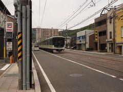 さらに進むと、左に直角に曲がり 緩やかな登りが始まる  この電車は京阪電鉄 京津線 浜大津と京都三条を結んでいる