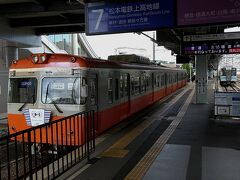 そして、松本へとコマを進めます。 松本からは大糸線に乗り換えますが、その対面のアルピコ交通・上高地線。先般の大雨の影響で、途中駅まで 終日運休となっておりました。復旧にはだいぶ時間がかかるようです。。
