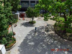 校舎前は公園になってますが、以前は運動場だったかと・・・