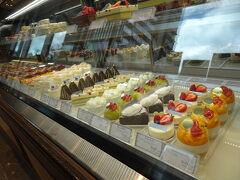 お店前には人がいたので外観写真は撮れず。並んでいる間に陳列されたケーキたちをさっと撮影。 イートインもあり、サラダランチとか美味しそうでした!覚えておこおっと♪