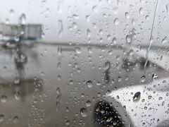 新千歳空港に到着。生憎の雨模様です。