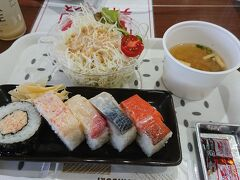 お昼は、海鮮パーク 蟹の花 で、ランチセット ¥880。  アイスコーヒー \150(食事を頼んだ人の値段)。  普通においしかった。