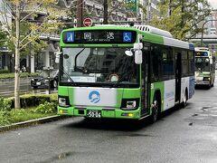 「自衛隊 大阪大規模接種センター」と主要駅間で無料の送迎バスが運行されています。 こちらは、2回目の接種に行く際になんばから乗車した無料送迎バス。 大阪駅となんば駅は大阪市営バス、新大阪駅と天王寺駅は国際自動車の観光バスで運行。