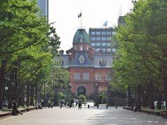 それからゆっくり歩いて赤煉瓦の北海道旧本庁舎へ。前の広場に腰かけて少し休憩。心地よい風が吹きます。  ほんの少しですが札幌市内を楽しみました。そしてJRでホテルに戻りました。