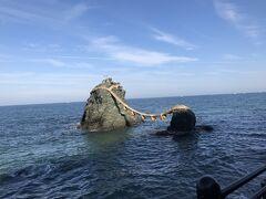 わ~~!  夫婦岩❗️  思ったより近くに見えます! お天気も良くて、海が青かった!  岩には鳥さんがいっぱい止まってました。
