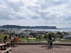 厚岸に到着です。 厚岸味覚ターミナルコンキリエにやってきました。高台にあり、ここからの厚岸湾の眺めがとても綺麗です。お土産さんや海鮮市場を覗いて・・・