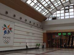 サンダーバード新大阪11:46発ー14:23金沢、長野行き乗り換え、 新幹線はくたか14:47ー長野16:14 約4時間半で長野駅に着きました。左壁面に長野オリンピックの記憶が残されています。 むこうに見えるMIDORI のマークは駅モール。2階に食堂があるようです。
