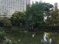 中央に鶴の像がある雲形池。