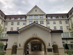 2020年6月21日に新築移転した宝塚ホテルです。  宝塚大劇場のオフィシャルホテルに指定されており、ホテルでも団員やOGによるショーも随時開催されているようです。  ホテルは1926年の創業で、取り壊された旧館は古塚正治氏の設計で、代表作は西宮市庁舎、六甲山ホテルという阪神間モダニズムを代表する建築家です。  新築に向けたコンセプトは『開業以来、90年余にわたり培ってきた伝統を新ホテルへ伝えるため、阪神間モダニズムと称されるクラシカルなデザインを継承します。切妻屋根や壁面などに描かれている植物モチーフのレリーフや、建物の外壁を特徴づけるドーマー窓と半円形屋根、アーチ付き天井を持つ回廊、階段の手すりに施された装飾などを復元するとともに、現在のホテル館内に飾られている緞帳や、宴会場内のシャンデリアを新ホテルに移設し、今後も宝塚の街のシンボルとしてご愛顧いただけるホテルを目指します』との事ですが、何か安っぽくなったなというのが素直な感想で、これから、また一世紀かけて伝統を作っていく事で、良い建物になるのでしょうか。