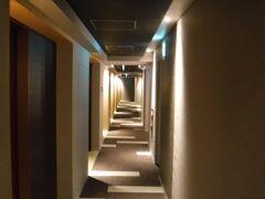 そして Tマークシティホテル札幌大通は 南2条西7丁目にあるので 市電の「西8丁目」駅で降りれば すぐのばしょになるのです。 一度ホテルに戻り 夜ご飯を食べに、 狸小路へさんぽします。