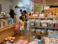 """■前回も来た「メリッサ」に訪問  途中で、見覚えのある""""歩道から登れる階段""""が目に留まり、この建物に「メリッサ」というお店があることを思い出しました。お土産の品定めでもしようかということで立ち寄りました。   これぞ「シンガポールのお土産」という物が所狭しと並んでいるお店です。日本人と思われる旅行者向けに、個包装の物など何かと考えられた土産物が多く、観光客に重宝される理由が分かるお店でした。  クチコミ⇒ オーチャードのメリッサでお土産           https://4travel.jp/os_shisetsu_tips/14256509"""