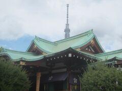 無事にお参りを終えました  拝殿の向こう側にスカイツリーが見えます
