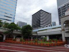 時折通過するゆりかもめに、興味津々。竹芝駅はすぐそこなので、試しに乗せてあげたくもなったのですが、さすがにそれは不要不急の移動ということで、思い留まりました。