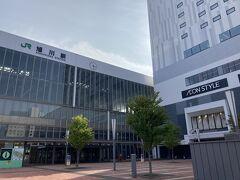 2分ほどで旭川駅に到着。 立派な駅です!イオンモールがあります。