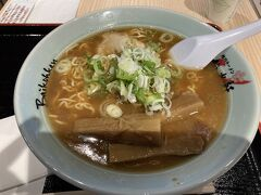 梅光軒というラーメン店で。 こちらはしょうゆラーメンでしたが、スープがおいしい!