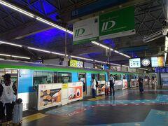 夜行バスで東京駅に到着後、羽田空港まで東京モノレールに初めて乗ってみました。