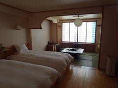 本日の宿「ホテル阿寒湖荘」。1泊2食付で11,011円(+入湯税250円)。 チェックアウト時にお土産にメロンパンを貰えました。