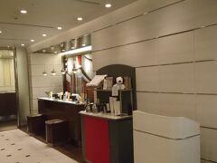 1階のコーヒーショップ、パークサイドダイナーでコーヒーやアイスティーの無料サービスがアパートメント利用者にはあります。容器を入れる手提げ袋が8月1日から有料(100円)になりました。