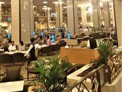 本館のロビーラウンジ(ランデブー・ラウンジ)でもアパートメント利用者本人のコーヒーやティーはルームキー提示で無料となるのは太っ腹のサービスです。