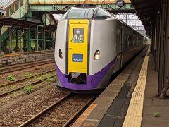 特急北斗は先行する貨物列車の影響を受けて、10分遅れで到着。
