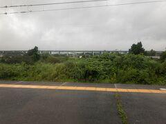■富士岡駅 (静岡県御殿場市)  奥に見える高架が新東名高速道路。御殿場JCT付近で、東名と新東名が交わります。  新東名は、計画段階では第二東名と呼ばれていたので、今でも新東名のことを第二東名と呼ぶ静岡の人、多い気がします(笑)