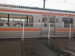 ■岩波駅 (静岡県裾野市)  岩波で対向列車とすれ違い。  岩波駅の交換設備は1989年(平成元年)に新設された新しいもの。  日中でも30分に1本と単線にしては本数が多いので、沼津~御殿場は複線にしても良いのになぁと思いますね・・・