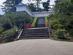 常盤木門へは、階段のみ。  諦めて、お弁当を食べました。  ※ 甲冑着付けは、この先にあるそうです。   大人¥500、子ども¥300