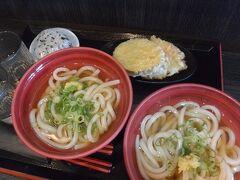 かけうどん(1玉)×2、天ぷら2種類、わかめおにぎり