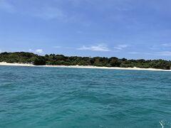 午前中は2つのポイントでシュノーケリング。  お昼を食べるため、新城島に上陸です。