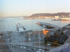 窓の外には高松港が見えます。 低層階でもなかなかよい眺めです。