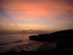 夕飯の後は夕陽を見に宮里海岸へ。