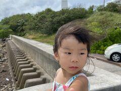 すると、娘が先に起きました!  ホテル近くの観音崎灯台に少し寄ってパチリ! その後ホテルでホットモットを食べ、嫁の帰りを待ちました。