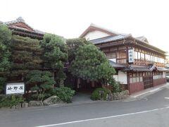 「竹野屋旅館」 歌手の竹内まりやの実家があるということで、出雲大社の鳥居前の参道にある「竹野屋旅館」に行きました。典型的な純和風旅館でした。彼女のお兄さんが継いでいるそうです。