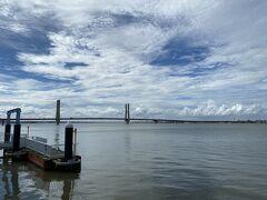 奥に見えるのが銚子大橋。