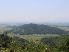 山を登って行くと、目の前には虎御前山がよく見えます。 小谷城攻めのときにはこの山に織田信長は本陣を置きました。 その周りには羽柴秀吉(豊臣秀吉)をはじめとする大軍勢がひしめきあっていたことでしょう。