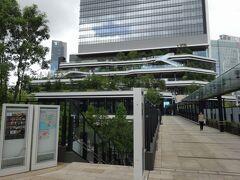 駅からペデを通って、初日に立ち寄った再開発ビルの「東京ポートシティ竹芝」に行ってみました。時々通り雨が降るけど、ペデにも屋根があるので安心です。