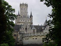 お城の駐車場前バス停で下車。 駐車場からすでにお城が見える。