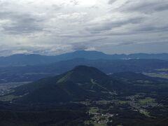 連山が3重4重になっています。その向こうは新潟県。