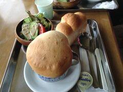 パンの蓋を破って現れたアツアツのスープには茸や野菜がたっぷり入っていてとっても美味しくイタリアを思い出しました。添えてあるフワフワの3つ山パンはテイクアウトしました。