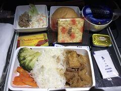 シドニー行きに乗込み機内食のお時間です。 お肉のチョイスです。 結構濃い味だったと思います。